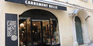 Carrément Belle Nîmes est une boutique d'accessoires de mode avec bijoux, sacs et parfums en centre-ville en zone piétonne (® networld-fabrice chort)