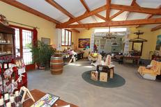 Domaine du Petit Chaumont Aigues Mortes vous accueille au caveau pour présenter ses vins bio (® NetWorld-Fabrice Chort)