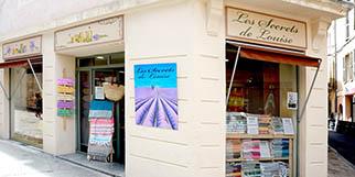 Les Secrets de Louise à Nîmes propose des soins, des idées cadeaux pour le bien être ou la maison et de la parfumerie.(® SAAM-Fabrice Chort)