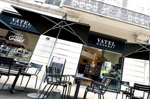 Vatel Gourmet Nîmes est une pâtisserie et épicerie fine avec des prestations de traiteur et de restauration rapide en centre-ville avec des tables en terrasse.(® @SAAM Fabrice Chort)