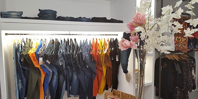 Blue Jeans BJB Nîmes Magasin de jeans et de mode en centre-ville annonce ses soldes en boutique.