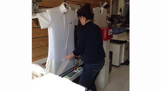Clean Up Nîmes Pressing propose la chemise lavée et repassée à 2 euros au mois d'octobre grâce à un mannequin automatisé.