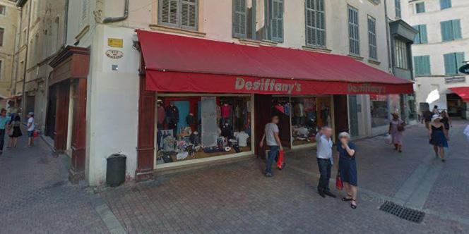 Destiffany s Nîmes vend des jeans et accessoires en centre-ville. 3853b71f52d