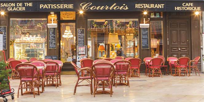 La Pâtisserie Courtois à Nîmes propose une belle terrasse en centre-ville. On peut y déguster gâteaux et gourmandises au salon de thé.( ® office tourisme Nîmes)