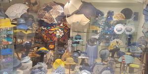 Le magasin de chapeau à Nîmes Chapellerie Bérénice propose ses nouveautés en boutique en centre-ville.(® chapellerie bérénice)