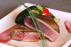 Le Dauphin Grau du Roi propose des poissons frais comme le thon rouge de Méditerranée mi-cuit (® networld-fabrice Chort)