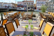 Le Dauphin Grau du Roi propose une belle terrasse de restaurant sur les quais (® networld-fabrice Chort)