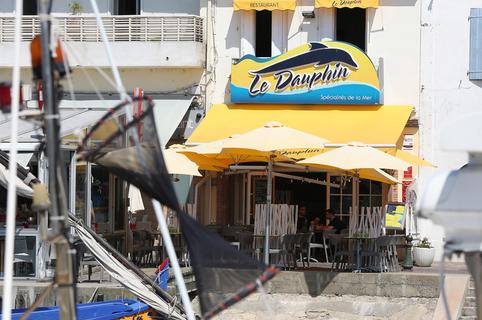 Le restaurant le Dauphin Grau du Roi Restaurant de poissons et spécialités de la mer à base de produits frais avec une belle terrasse sur les quais.(® SAAM-fabrice Chort)