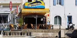 Le restaurant le Dauphin Grau du Roi Restaurant de poissons et spécialités de la mer à base de produits frais avec une belle terrasse sur les quais.(® networld-fabrice Chort)